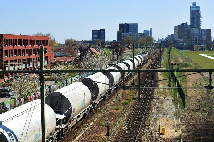 Een goederentrein langs Tilburg over de Brabantroute.