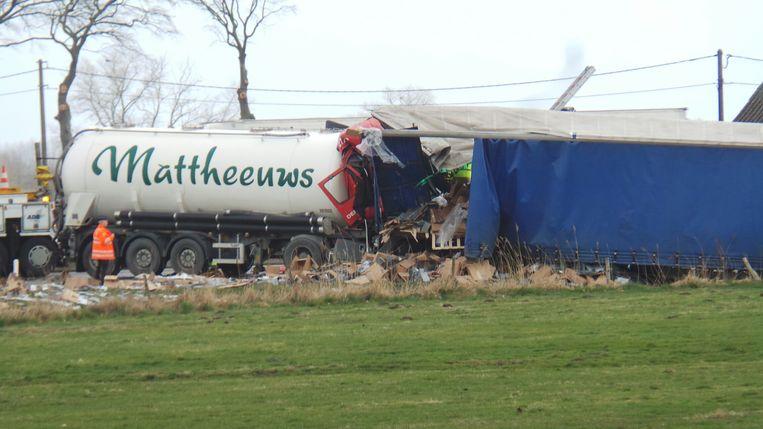 De E40 is volledig versperd ter hoogte van Oostkamp door een nieuw ongeval met twee vrachtwagens.