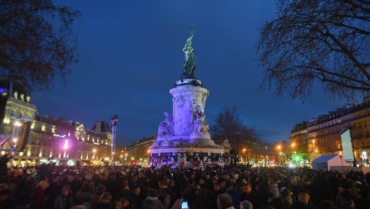 In Parijs herdachten duizenden mensen gisteren de slachtoffers van de aanslagen in Parijs. Beeld Photo News