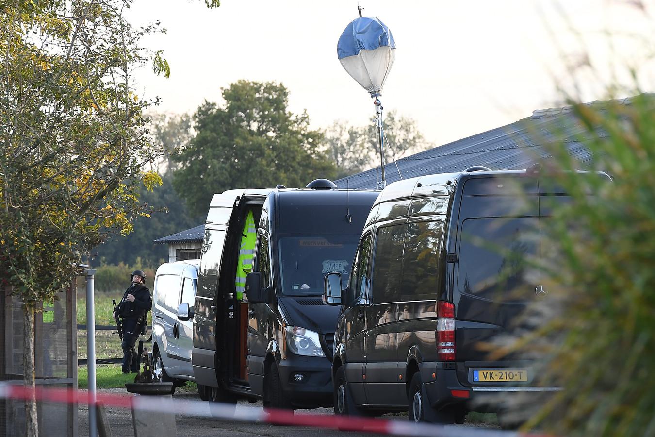 Gisteren is een drugslab ontdekt in een schuur aan de Roijendijk Mill. Vandaag doet de politie onderzoek en wordt het ontmanteld. Zwaar bewapende agenten hebben de toegang afgesloten.