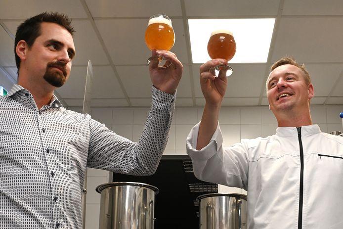 Wouter Leurs (rechts) is chef-kok en eigenaar van de Vier Linden. Met brouwmeester Marc Peters is hij bier gaan brouwen.