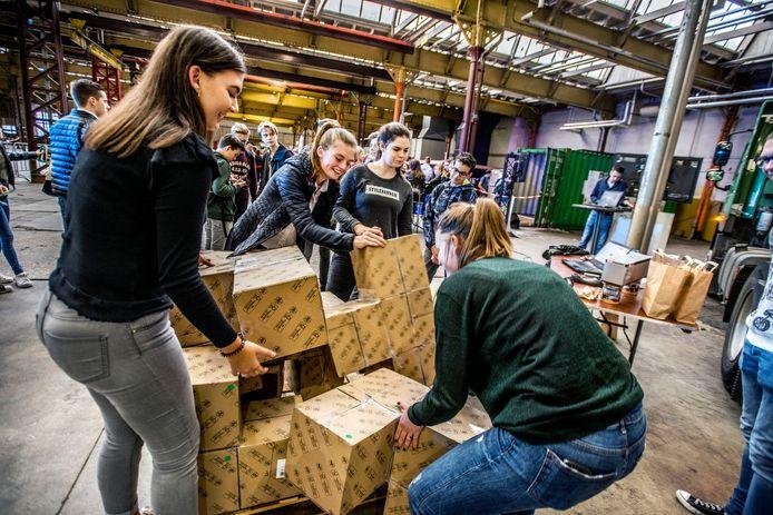 2300 leerlingen van Midden Brabantse scholen bezochten woensdag onder lestijd het door Platform Promotie Techniek Midden-Brabant georganiseerde evenement Wetenschap &Techniek in de Koepelhal. vlnr Famy, Marieke, Indy en Sophie bij een poging logistiek dozen stapelen.