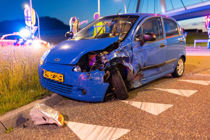 De gehavende auto op de kruising in Zwolle.