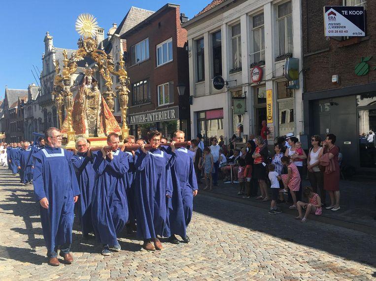 De processie trekt door de straten van Mechelen.