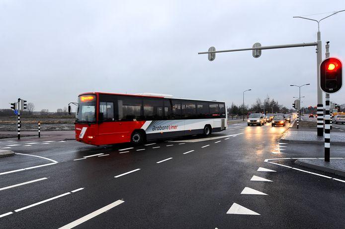 Een bus rijdt vanaf de Oosterhoutseweg rechtsaf de noordelijke rondweg op.