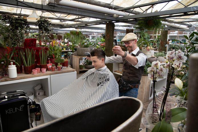 Kapper Barry Loos knipt in bloemenzaak Flowers vanwege ruimtegebrek.