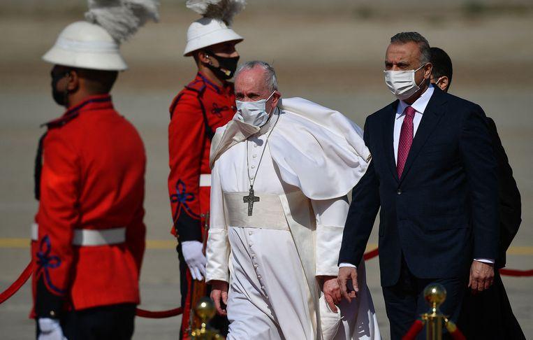 Paus Franciscus werd op de luchthaven van Bagdad ontvangen door de Iraakse premier Mustafa al-Kadhem. Beeld AFP