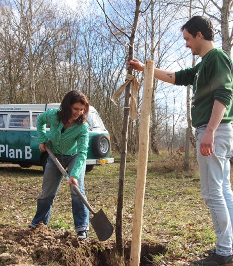 PvdD-lijsttrekker Esther Ouwehand plant boom op 'vrijgekocht' land bij Noordijk