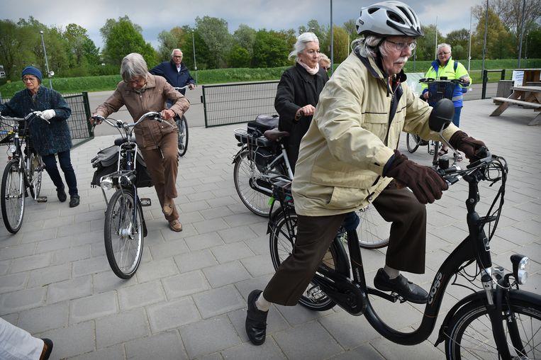 Een 85-jarige man op e-bikecursus.  Beeld -