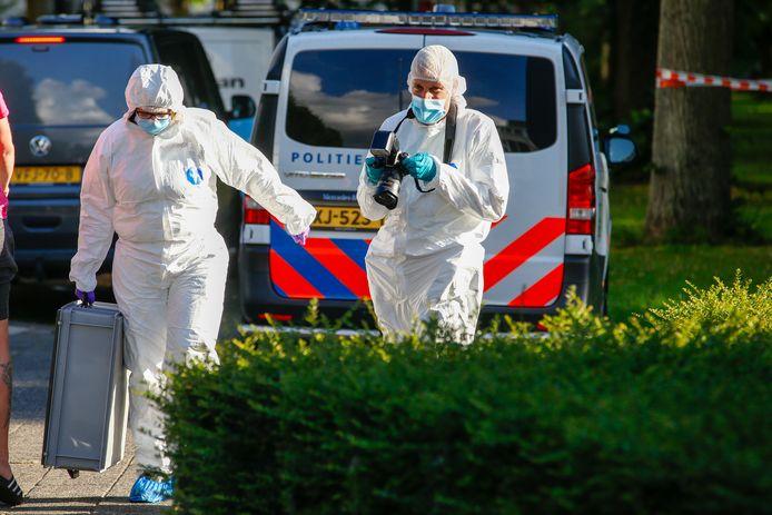 In de Aalbersestraat in Dordrecht wordt forensisch onderzoek gedaan. Wat er is gebeurd is niet duidelijk.
