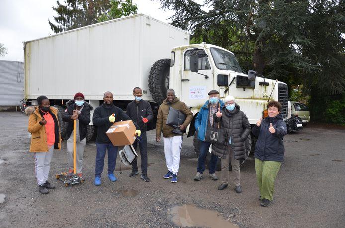 De Lokerse hulpgoederen voor de Congolese school werden afgelopen weekend ingeladen op de parking aan Mobibikes.