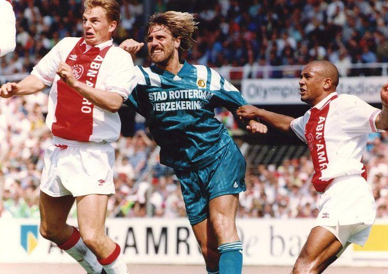 Mei 1993: De Wolf in duel met Ajacieden Frank de Boer en Marciano Vink. De wedstrijd eindigt in 5-2 voor Ajax. Beeld ANP