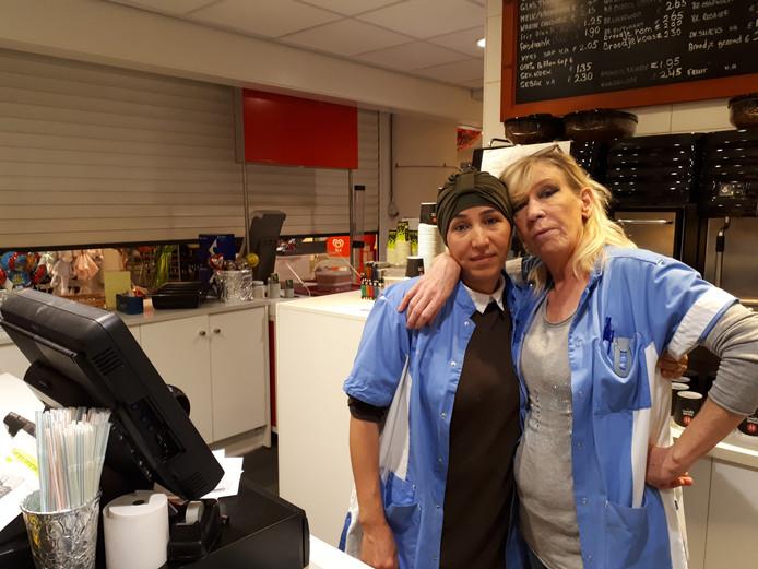 """Links Aicha Ait El Hadj, 25 jaar werkzaam in koffiewinkel. Rechts Merie de Bruin, 12 jaar werkzaam: ,,Het is alsof ik in een grote ballon zit die elk moment kapot kan springen."""""""