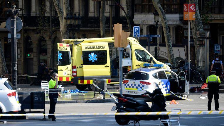 Hulpdiensten zijn uitgerukt om de gewonde voetgangers te verzorgen. Beeld AFP