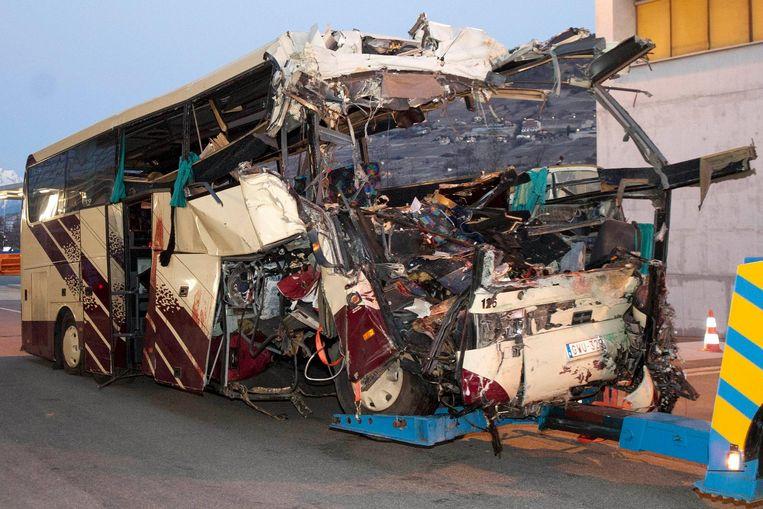 Het wrak van de bus wordt weggehaald uit de tunnel bij Sierre. Beeld Laurent Gillieron / AP