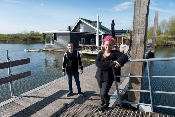 Stefan van den Berg  (links) en Manuela Timmer hebben een crowdfundingsactie gestart om de eigenaar van restaurant De Loswal en havenmeester Jaap Doorgeest door de coronacrisis te helpen.