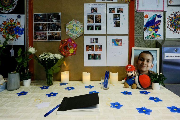 In het herdenkingshoekje voor Rhune kunnen leerkrachten, leerlingen en hun ouders iets in het rouwregister of op de bloemblaadjes schrijven.