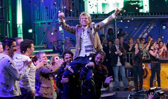 Een Big Brother-winnaar wordt de studio rondgedragen na zijn overwinning.