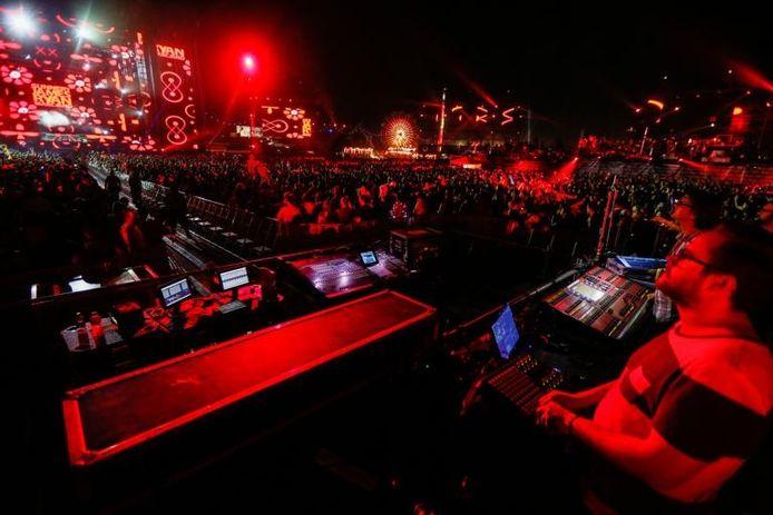 Carlo Ruijgers van 250K/Eyesupply eerder dit jaar aan de knoppen tijdens het optreden van Ryan Marciano & Sunnery James op het mega-dancefestival Electric Daisy Carnival in Las Vegas.