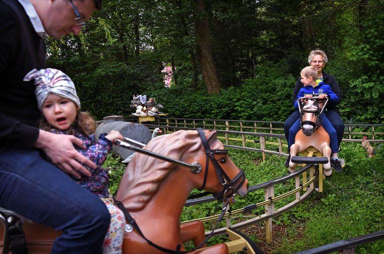 Oma en kleinzoon in pretpark Sprookjeswonderland.   Beeld Marcel van den Bergh