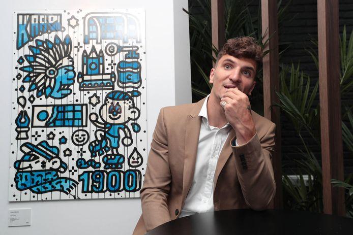 Thomas Meunier stelt zijn kunstproject voor. Hij is ook de eigenaar van een kip-aan-het-spitrestaurant en een bedrijf van tuinonderhoud.