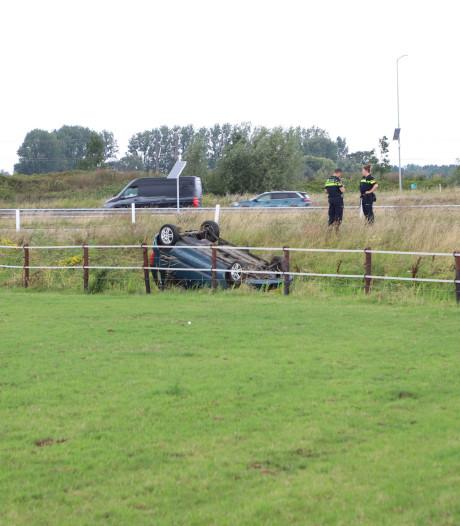 Auto vliegt uit de bocht en belandt in greppel op A15 bij afslag Tiel-West