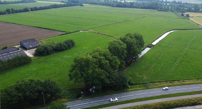 Op de voorgrond de provinciale weg N848, op de achtergrond (midden boven) de twee percelen waar het bos komt.