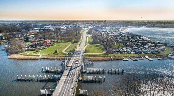 De Elburgerbrug, met het havenhoofd van Elburg en het Veluwe Strandbad (rechts) op de achtergrond.