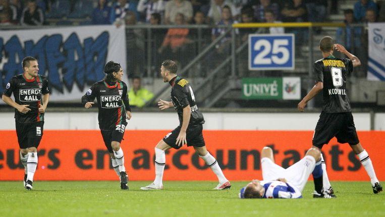 Bas Dost ligt verslagen op de grond nadat Stef Nijland NEC op de valreep langszij heeft geschoten: 2-2. ©PRO SHOTS Beeld
