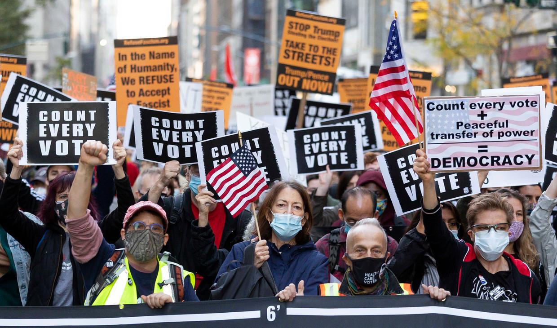 Op Fifth Avenue in New York eisen demonstranten dat het tellen van de stemmen doorgaat. Beeld EPA