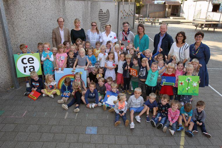 Kleuters van basisschool Sint-Antonius in Balgerhoeke zijn blij met het schrijfpakket gekregen van Cera.