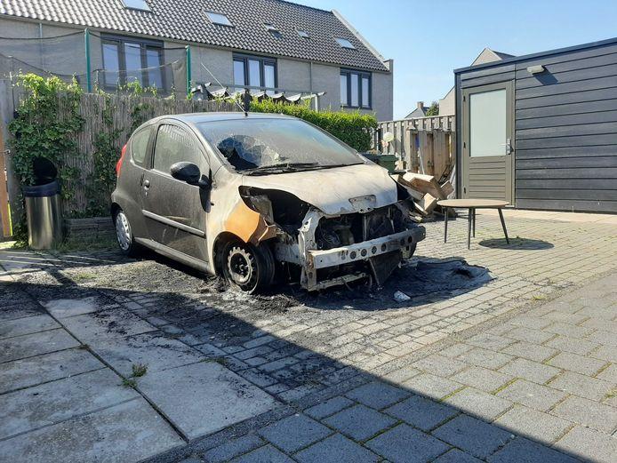 Aan de Jac. P. Thijsselaan in Zwolle ging vrijdagavond een auto in vlammen op, 's ochtends is de schade goed zichtbaar.