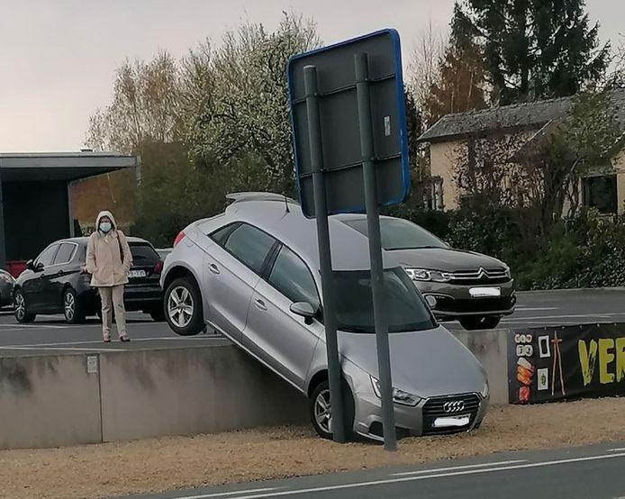 De wagen schoot de talud naar beneden.
