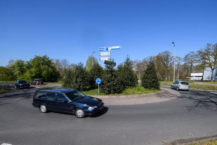 Op de rotonde op de Windmolenbroeksweg driften de auto's volgens buurtbewoners tijdens straatraces.