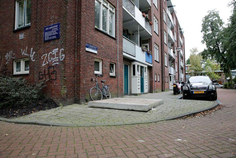 Een betonnen plaat dekt de ondergrondse vuilcontainer in Fritz Conijnstraat af waarin de pasgeboren baby in 2014 werd gevonden. Beeld ANP