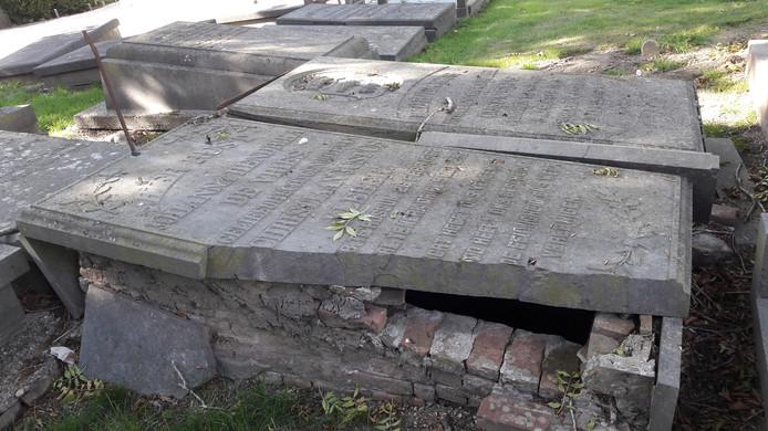 Een voorbeeld van de slechte staat waarin sommige graven op de begraafplaats aan de Burgemeester Van Randwijckstraat verkeren.