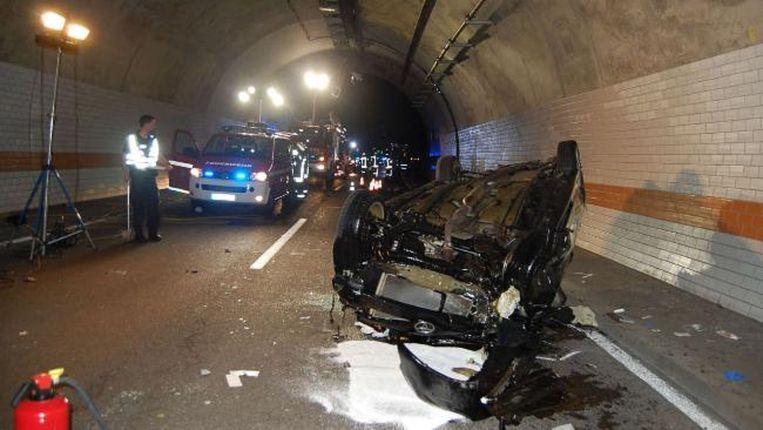 De auto die na de looping op z'n kop in de tunnel belandde. Beeld Polizeipräsidium Westpfalz