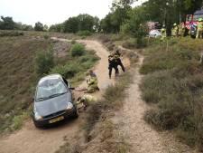 Automobilist (70) raakt van de weg en slaat over de kop op de Posbank