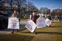 Marktkooplui protesteren vandaag bij het Malieveld tegen de coronamaatregel die het niet toelaat dat non-foodwaren op markten worden verkocht.