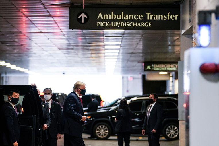 Donald Trump arriveert bij het ziekenhuis in New York waar zijn broer Robert was opgenomen. (14/08/2020) Beeld REUTERS