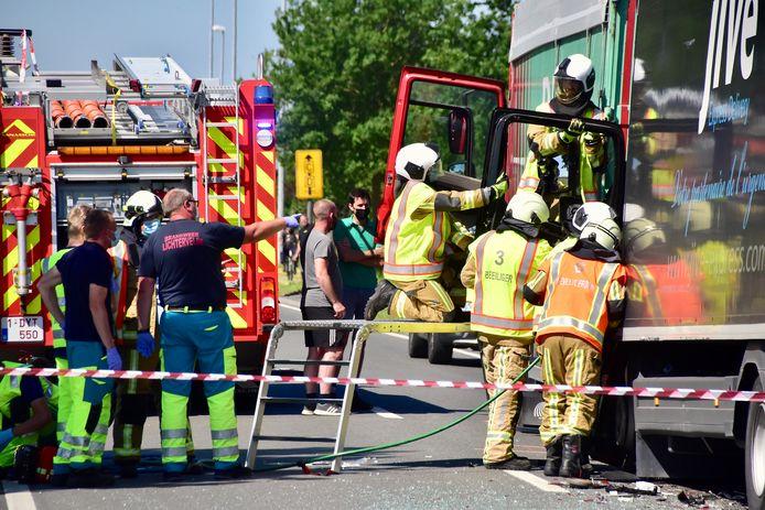 De brandweer moest de zwaargewonde trucker bevrijden uit zijn cabine, na de kop-staartaanrijding langs de Ringlaan in Lichtervelde.