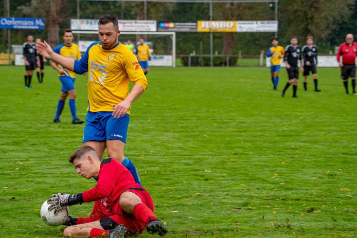 Alain Puiman (geel shirt) scoorde tweemaal tegen NVS. Met De Schutters maakt hij een uitstekende seizoenstart mee.