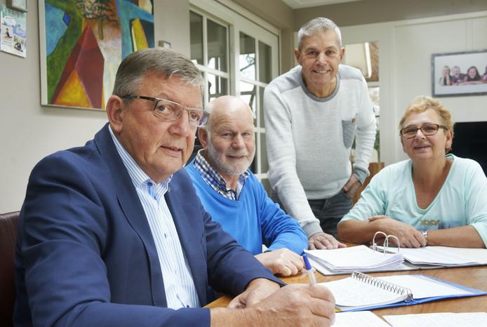 Bij voorzitter Fons Braks (voorgrond) thuis aan tafel, met nog drie van de zeven bestuursleden van KBO Odiliapeel, vnlr: Rinus Rankenberg, Peter Claassen en Marijke Pijnappels.