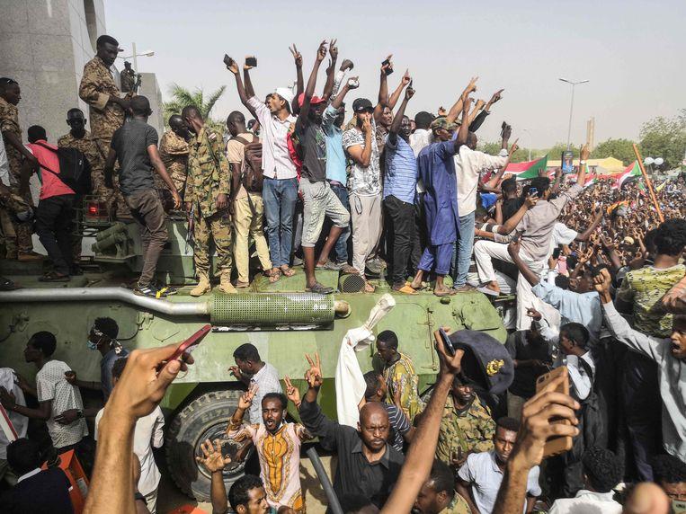 Duizenden betogen tegen het regime in de Soedanese hoofdstad Khartoum. Volgens velen maakt het leger, dat donderdag de president afzette, gewoon deel uit van hetzelfde regime.