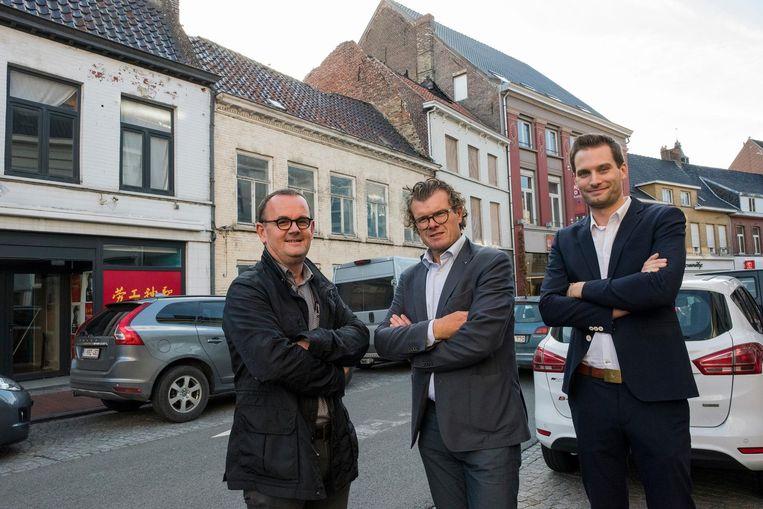 Architect Johan Debrabander, Geert Pyck van ERA en Jimte Mylle van Hyboma bij de vier panden die gesloopt zullen worden.