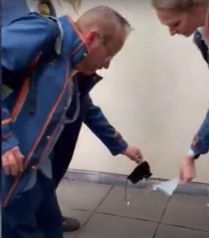 Efteling-medewerkers verbranden ritueel hun mondkapje.