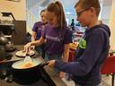 Pannenkoeken bakken voor ouderen tijdens Het Noordik doet