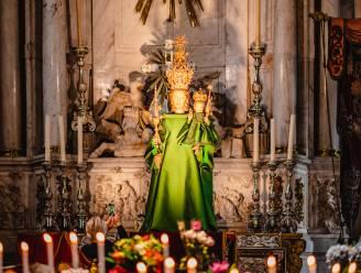 Ook Maria wisselt weleens van outfit: favoriete couturier van Koningin Mathilde kleedt beeld in Kathedraal aan