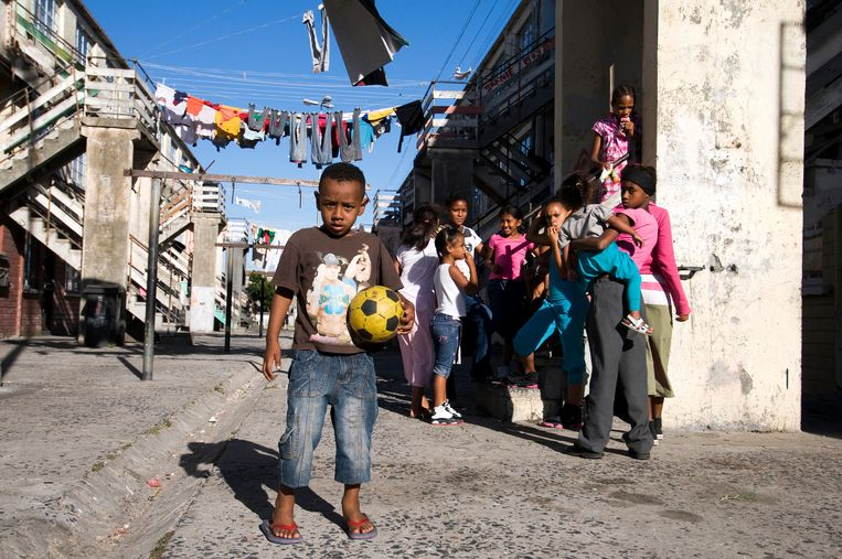 Kinderen in Manenberg, onderdeel van de Cape Flats in Kaapstad, groeien op in een van de gewelddadigste wijken van Zuid-Afrika. Beeld Bram Lammers