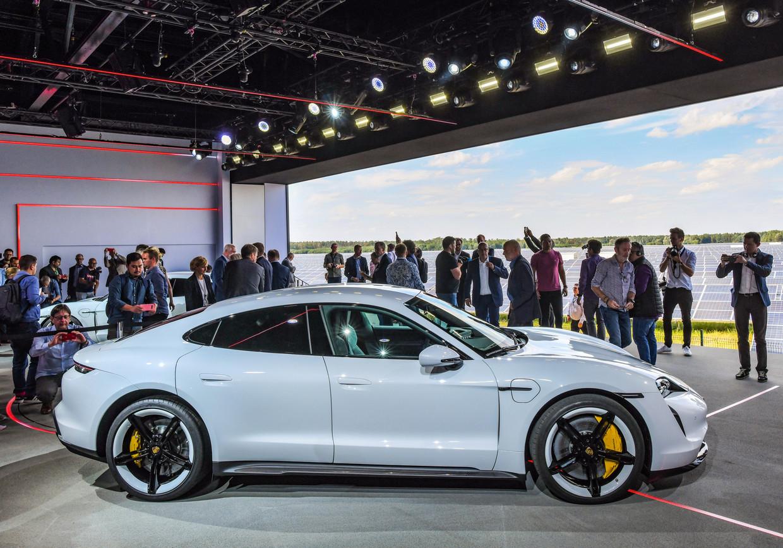 De Porsche Taycan, de eerste elektrische wagen van het merk. Beeld AP